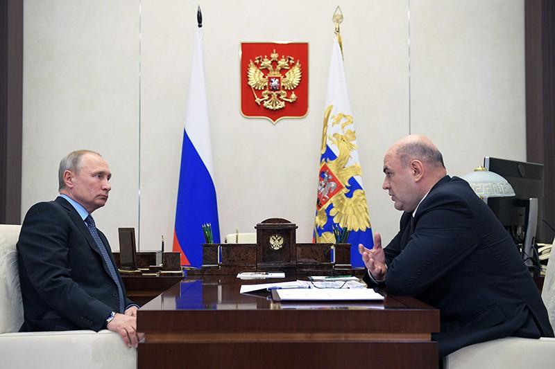 Владимир Путин и руководитель Федеральной налоговой службы России (ФНС) Михаил Мишустин
