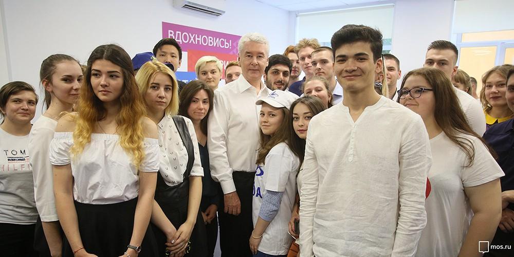Сергей Собянин во время посещения центра занятости молодежи