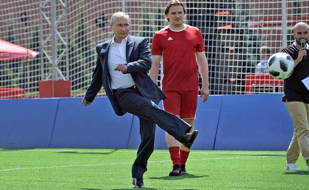 Владимир Путин в парке футбола на Красной площади