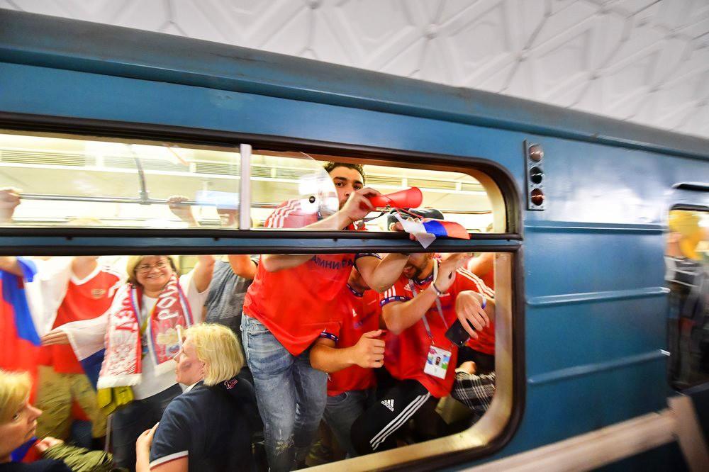 Российские болельщики в метро