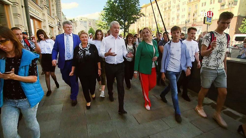 Сергей Собянин идет по Тверской улице