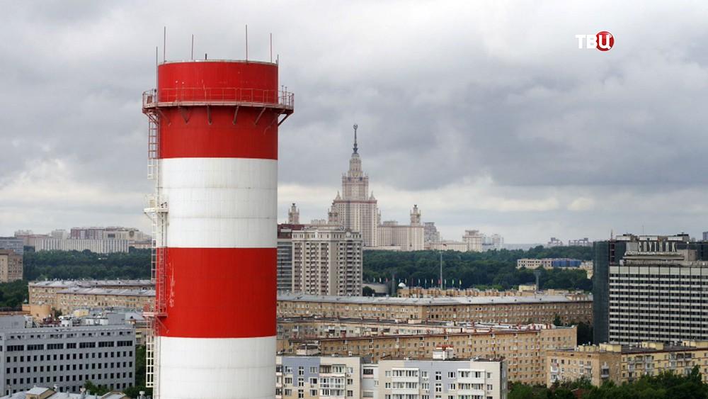Трубы ТЭЦ на фоне Москвы
