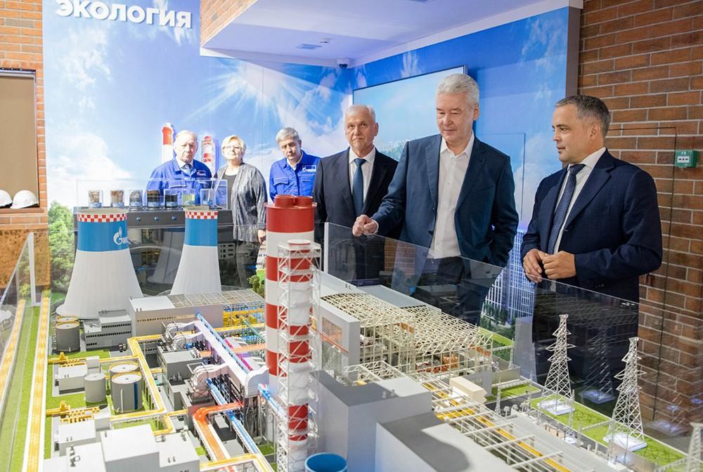 Сергей Собянин осматривает модель ТЭЦ