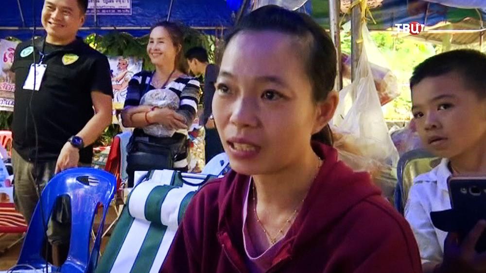 Близкие заблокированных в тайской пещере детей