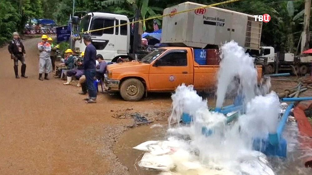 Откачка воды из затопленной пещеры с детьми в Таиланде
