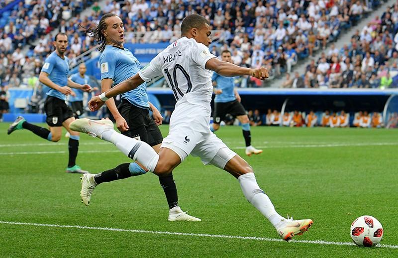 Килиан Мбаппе (Франция) (справа) в матче 1/4 финала чемпионата мира по футболу между сборными Уругвая и Франции