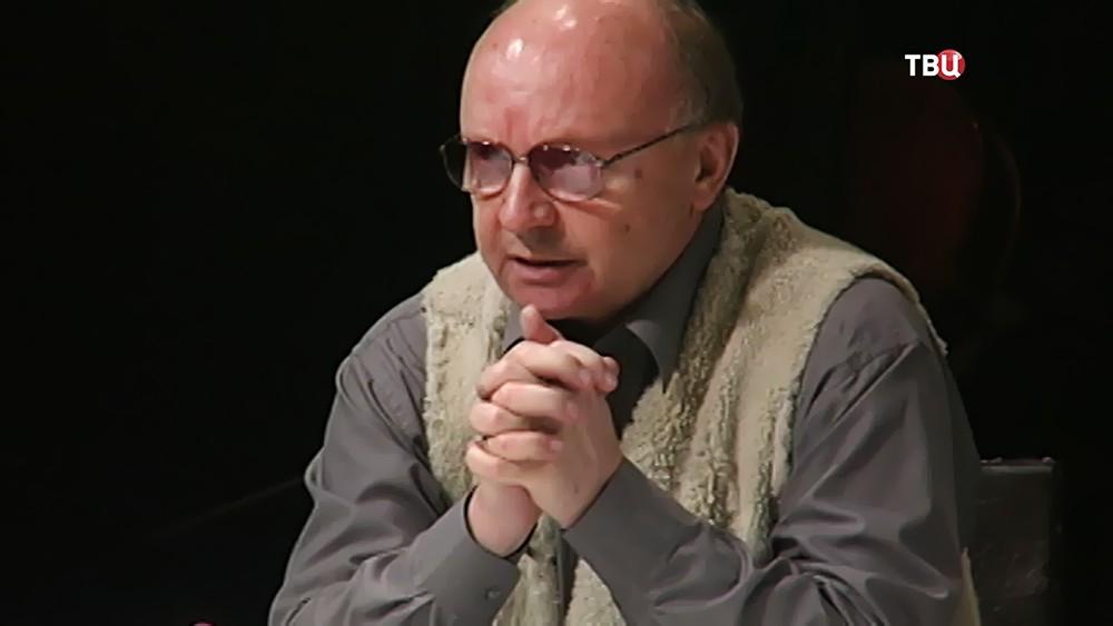 Андрей Мягков играет в спектакле