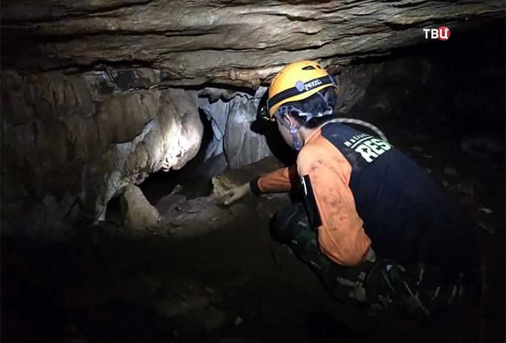 Спасатели в затопленной пещере в Таиланде