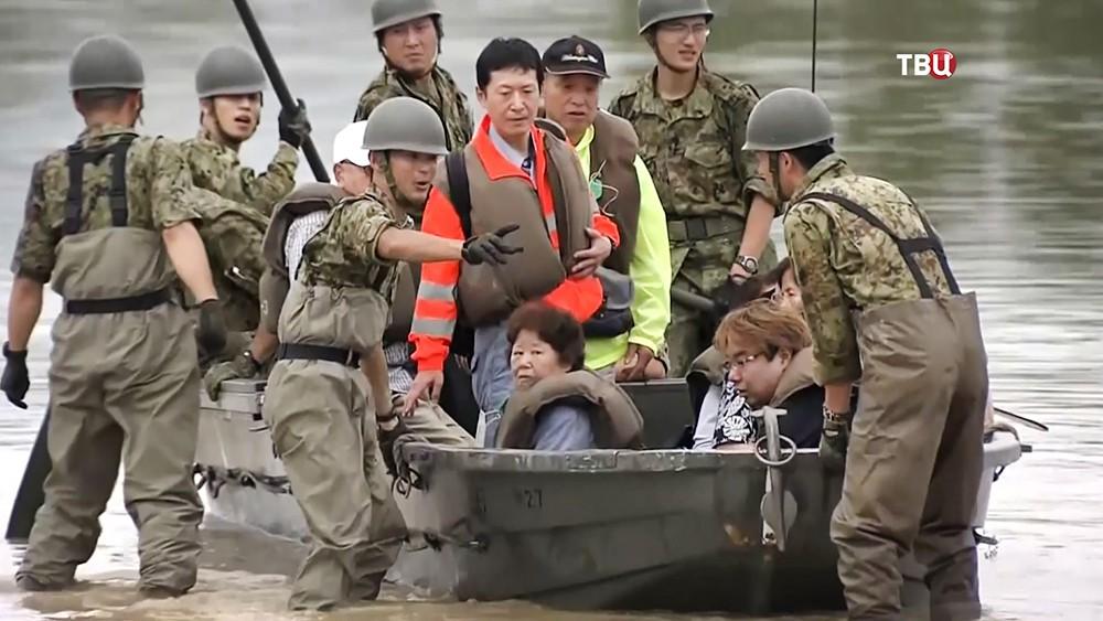 Спасатели Японии эвакуируют людей из зоны наводнения