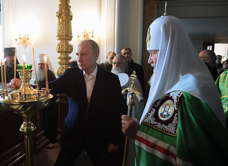 Владимир Путин и патриарх Кирилл во время посещения Спасо-Преображенского монастыря на Валааме