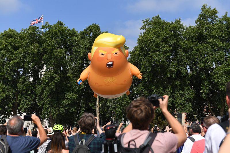Надувной шар с лицом Дональда Трампа