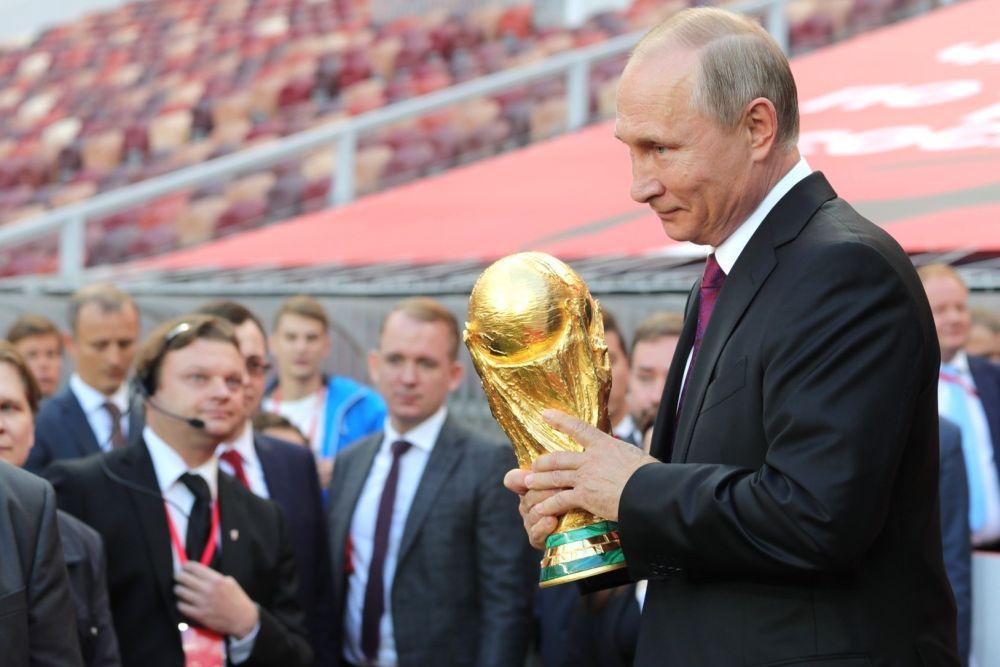 Владимир Путин с кубком FIFA