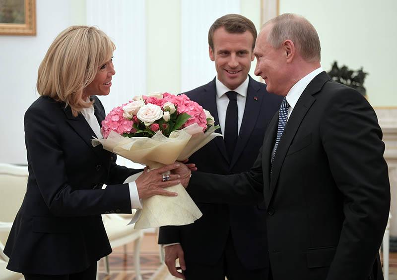Владимир Путин и президент Франции Эммануэль Макрон с супругой Брижит