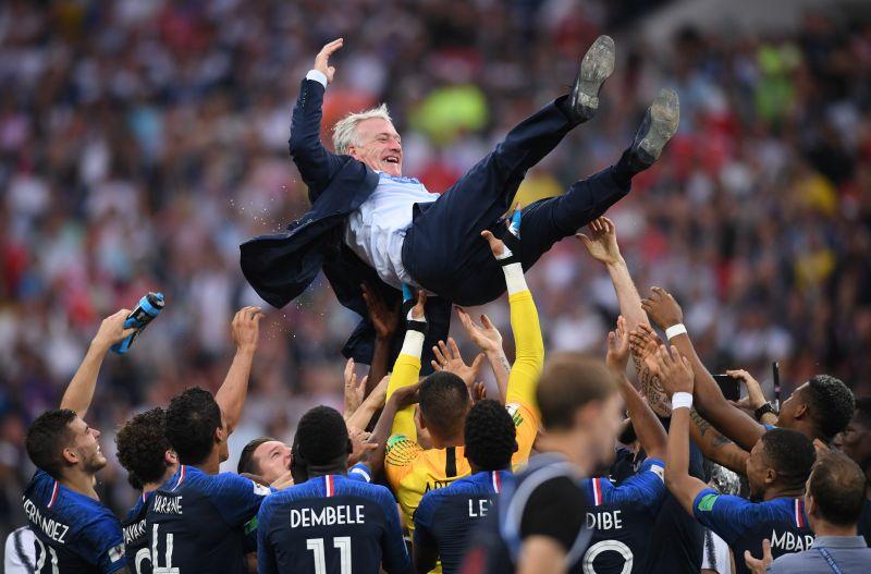 Игроки сборной Франции качают главного тренера Дидье Дешама