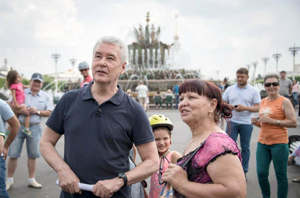 Сергей Собянин и жители Москвы на ВДНХ