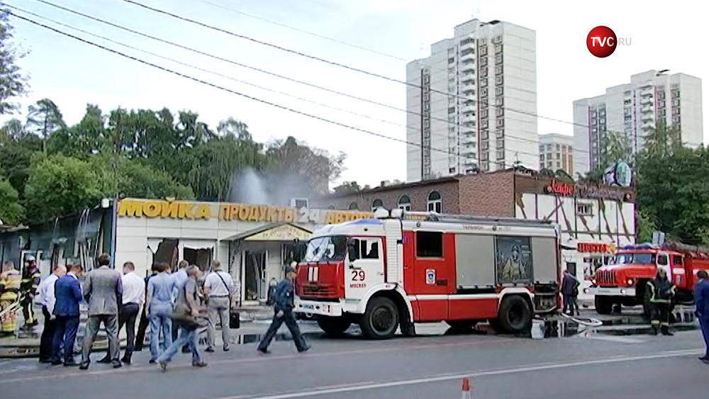 Пожарные на месте возгорания в автосервисе