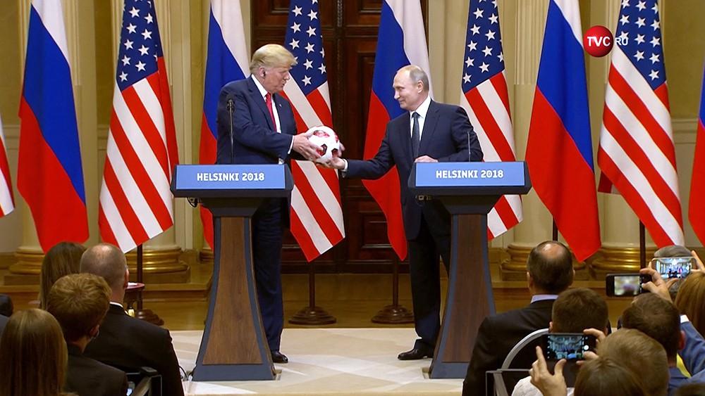 Владимир Путин подарил Дональду Трампу футбольный мяч