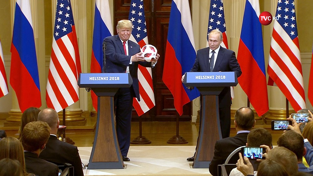 Владимир Путин подарил Дональду Трамп футбольный мяч