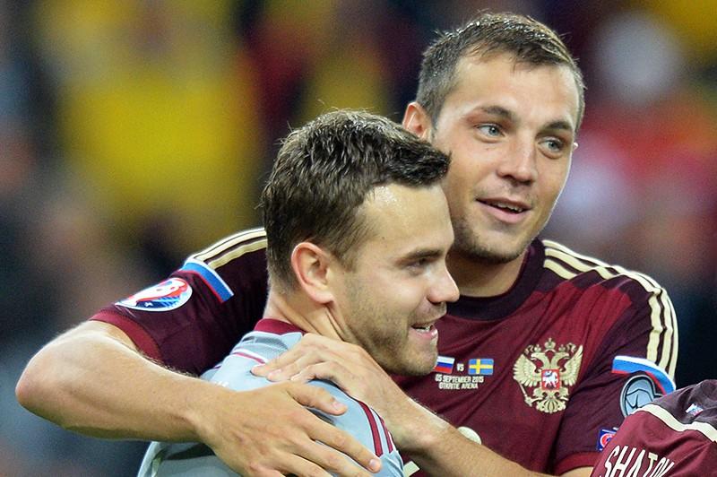 Игроки сборной России Игорь Акинфеев и Артем Дзюба
