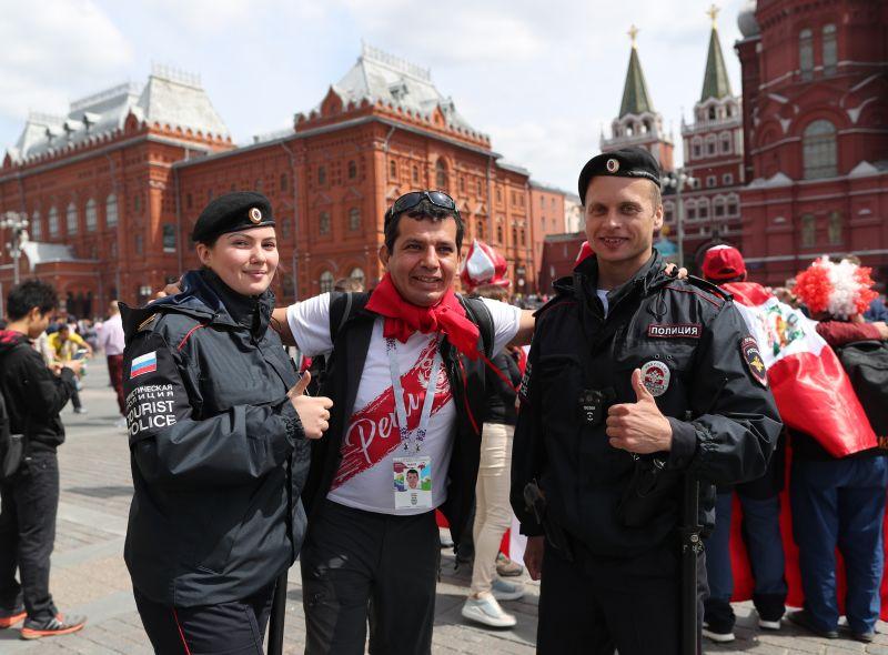 Сотрудники полиции фотографируются с болельщиком