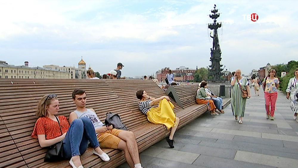 Отдыхающие в парке Музеон