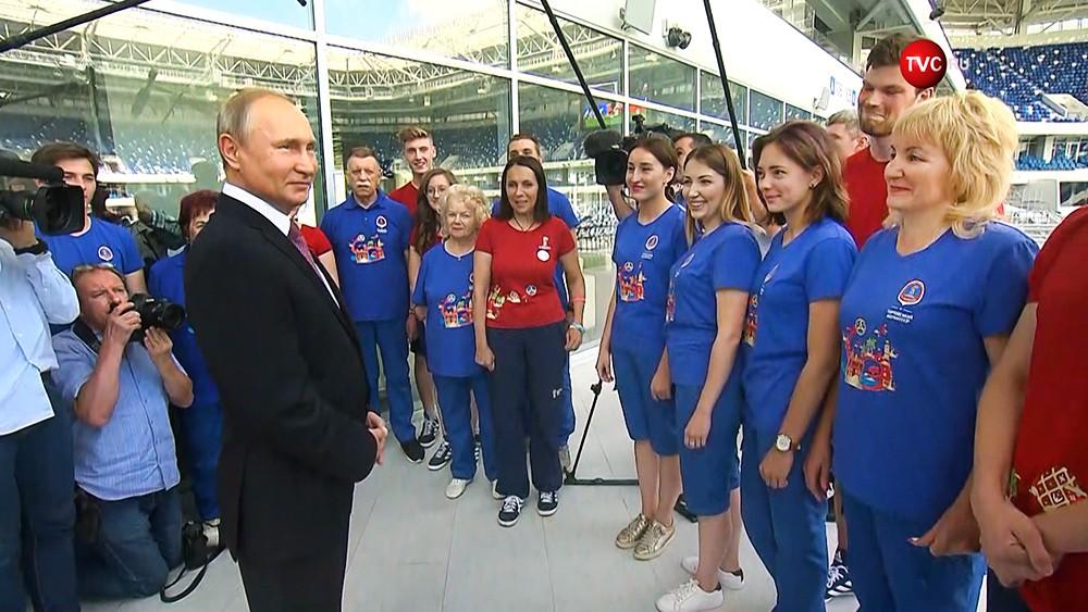 Владимир Путин общается с волонтерами ЧМ 2018