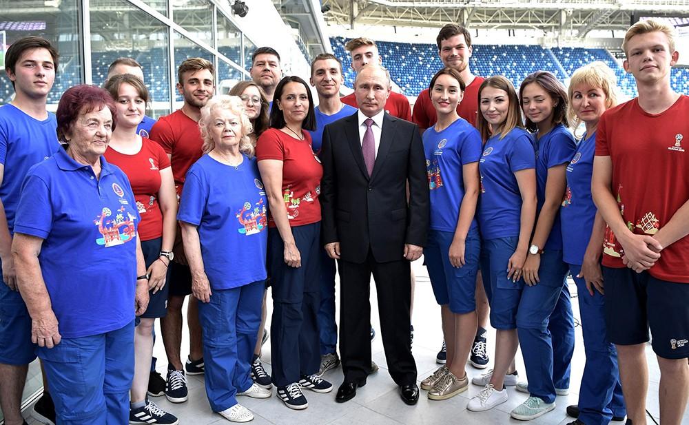 Владимир Путин и волонтеры чемпионата мира по футболу 2018 года