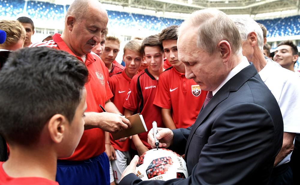Владимир Путин пообщался с юными футболистами