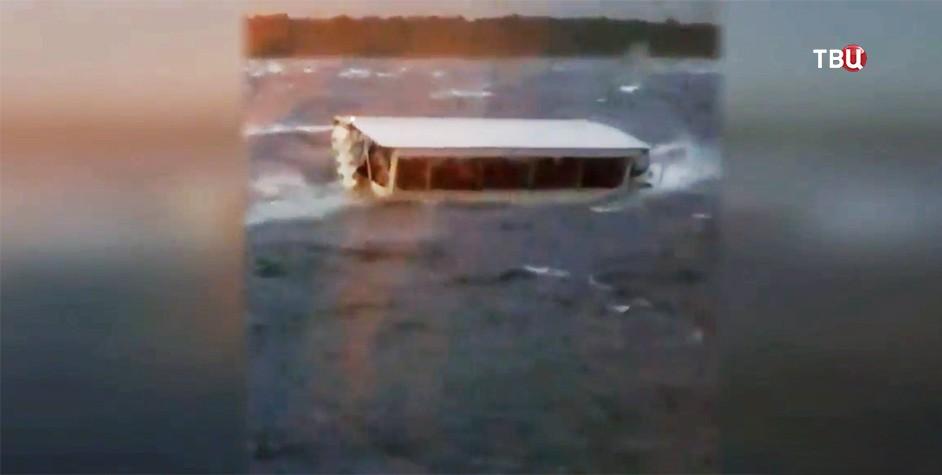 Тонущая экскурсионная лодка на озере Тейбл-Рок в штате Миссури