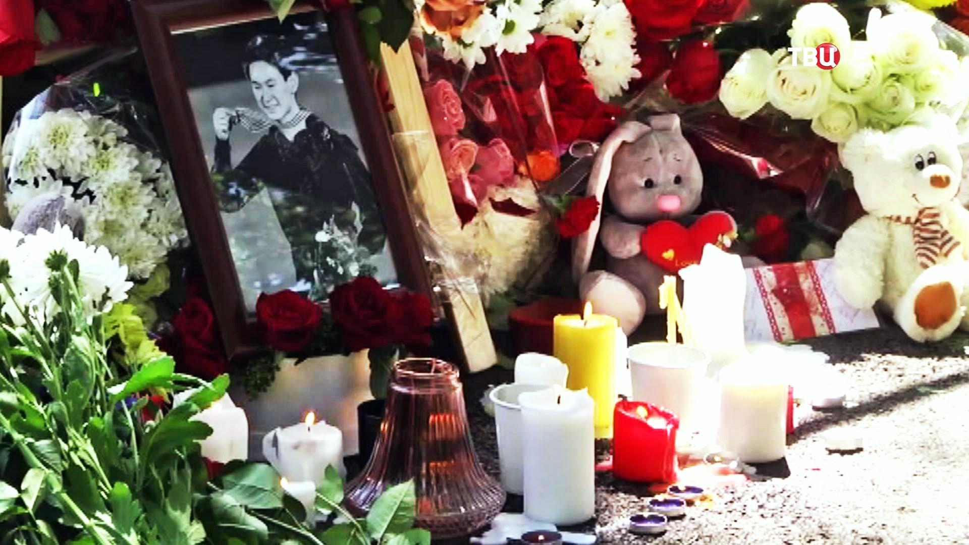 Люди возлагают цветы на месте гибели Дениса Тена