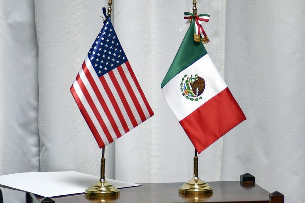 Флаги США и Мексики