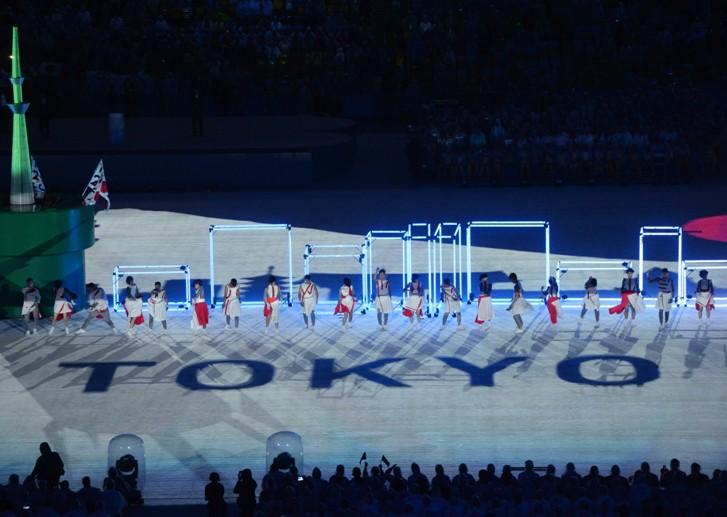 Артисты во время театрализованного представления на церемонии закрытия XXXI летних Олимпийских игр