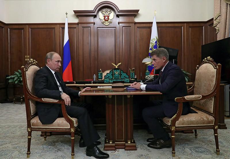 Владимир Путин и губернатор Сахалинской области Олег Кожемяко