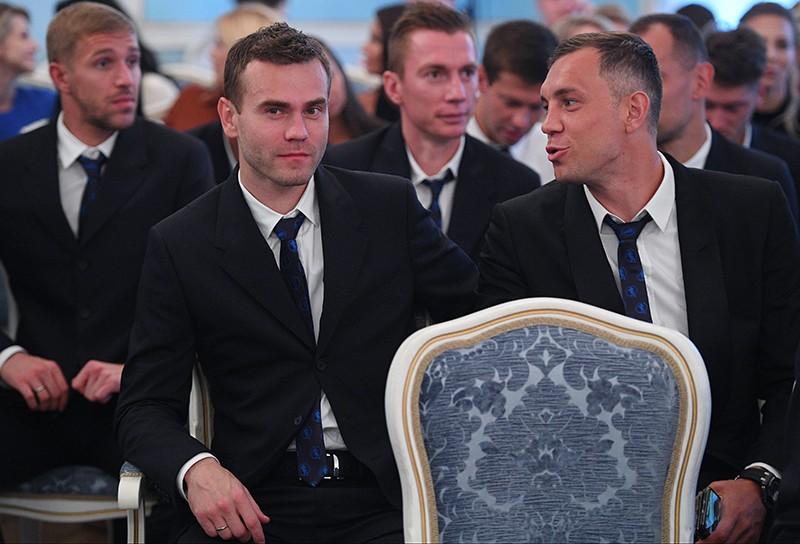 Игроки сборной России по футболу Игорь Акинфеев (слева) и Артем Дзюба