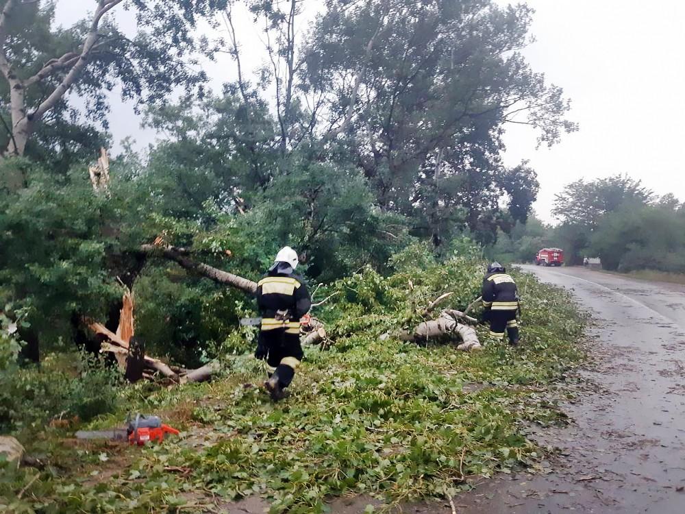 Спасатели МЧС устраняют последствия урагана