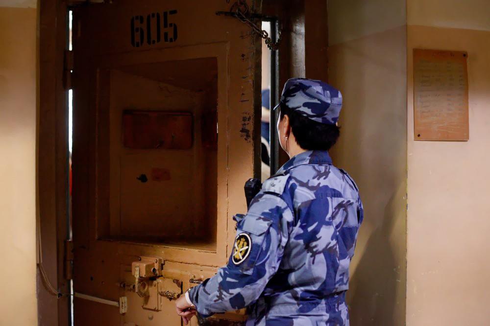 Сотрудница ФСИН закрывает камеру