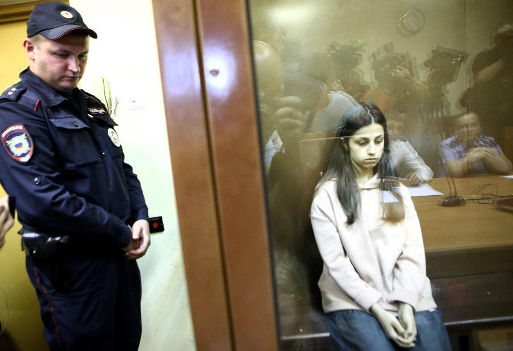 Задержанная по обвинению в убийстве отца 18-летняя Ангелина Хачатурян