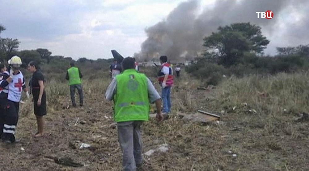 Место крушения пассажирского самолета в Мексике