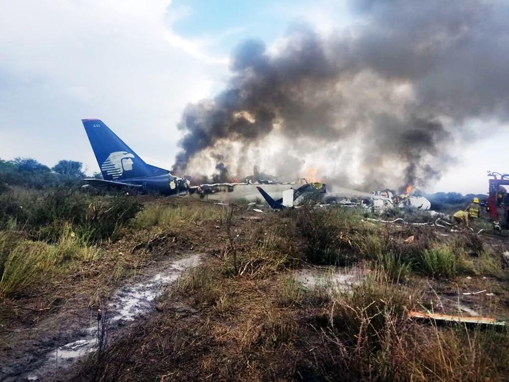Последствия падения самолёта в Мексике