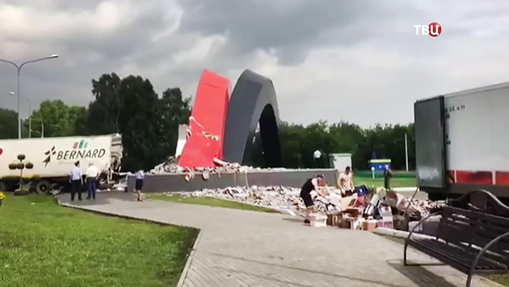 Фура врезалась в стелу на въезде в Новокузнецк