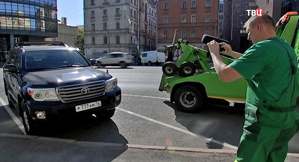 """МосПаркинг"" опечатывают машину"
