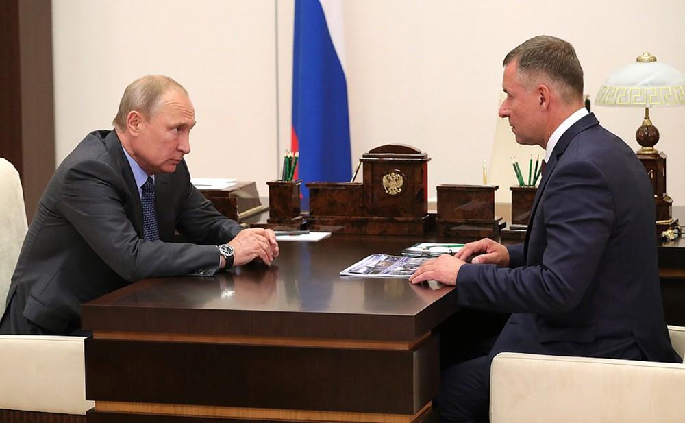 Президент России Владимир Путин и глава МЧС Евгений Зиничев