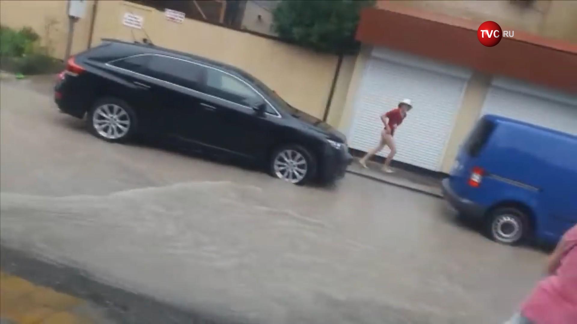 Место падения мальчика в ливневку в Сочи