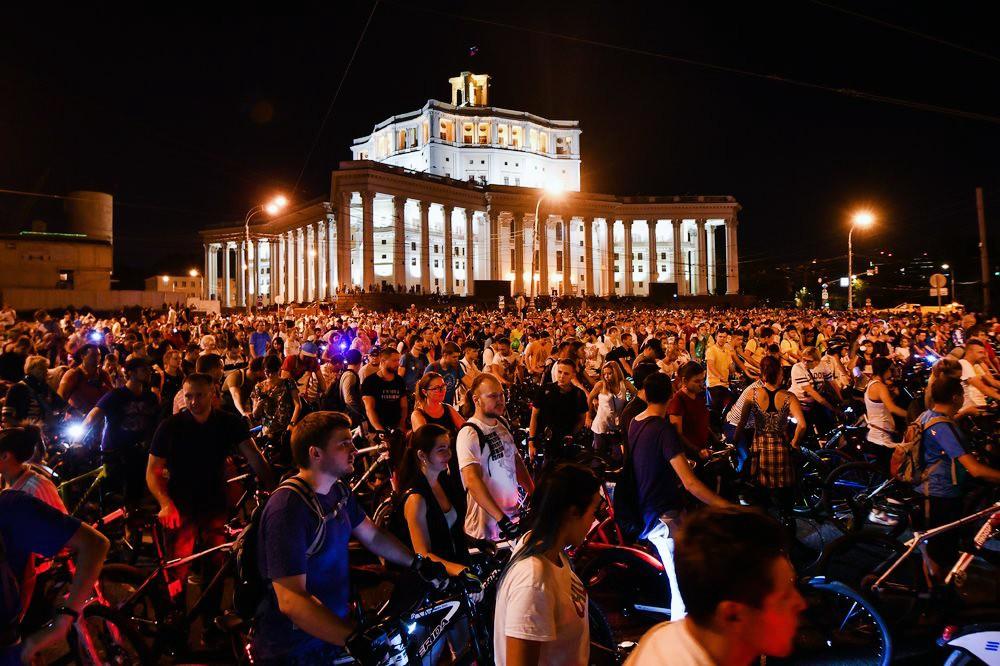 Участники ночного Московского велопарада