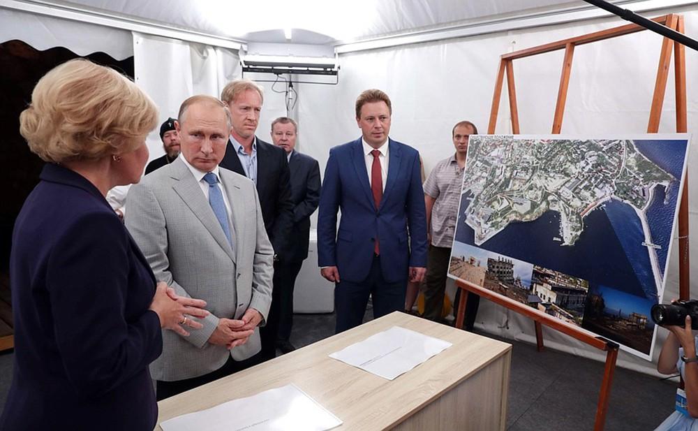 Владимир Путин ознакомился с проектом музейного и театрально-образовательного комплексов в городе Севастополе