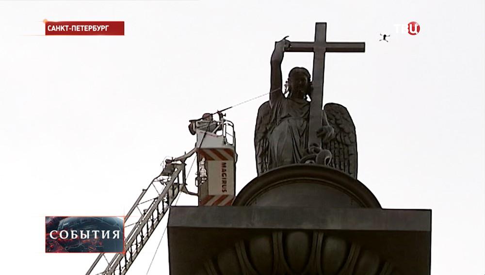 Промывка фигуры ангела на Александровской колонне в Санкт-Петербурге