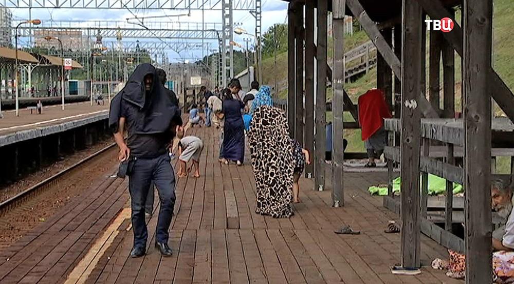 Цыганский табор на железнодорожной станции в Подмосковье