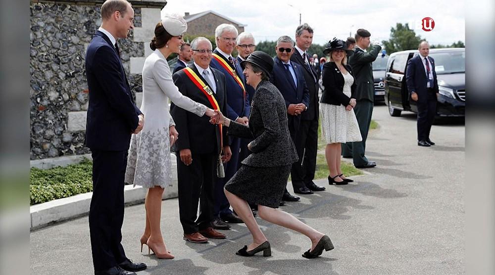 """Тереза Мэй делает """"реверанс Голлума"""" перед принцем Уильямом и Кейт Миддлтон"""