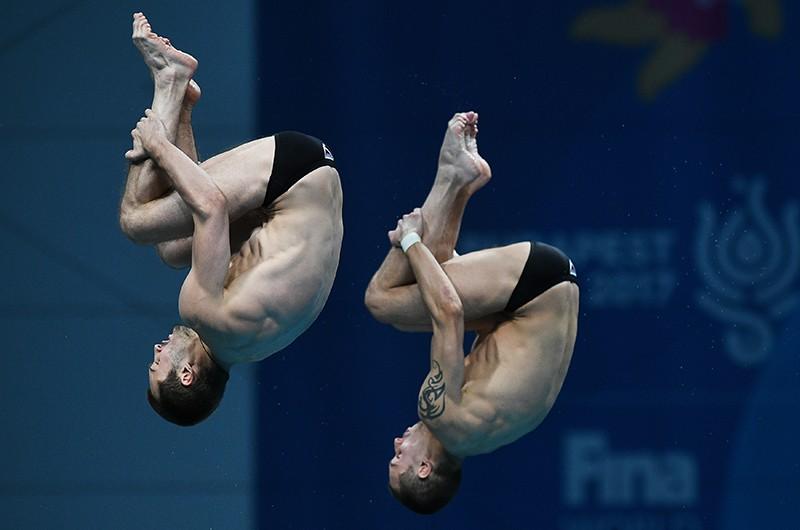 Александр Бондарь и Виктор Минибаев (Россия) в финальных соревнованиях по синхронным прыжкам в воду