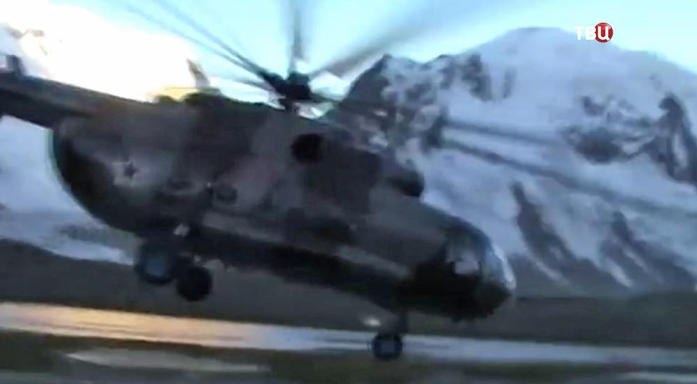 Вертолет Ми-8 в горах Таджикистана